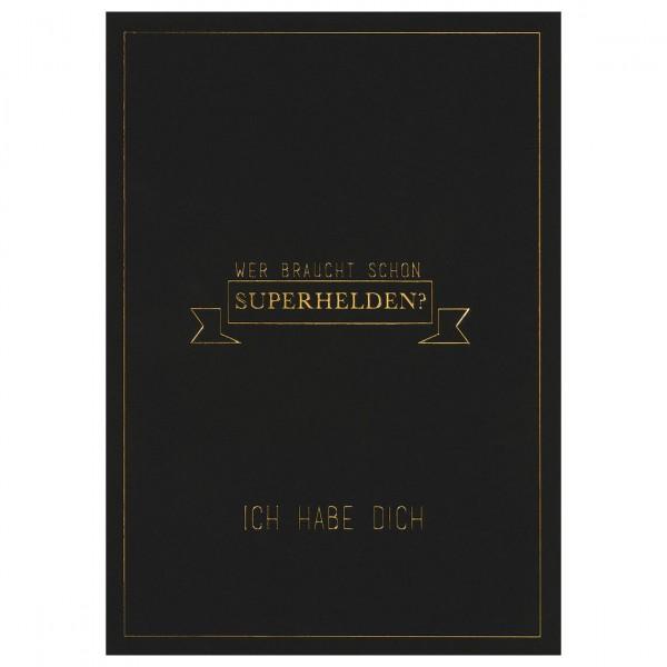 """Herren Postkarte """"Wer braucht schon Superhelden"""""""
